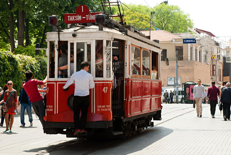 Винтажный трамвай на улице Taksim Istiklal, Стамбул, Турция стоковые фотографии rf