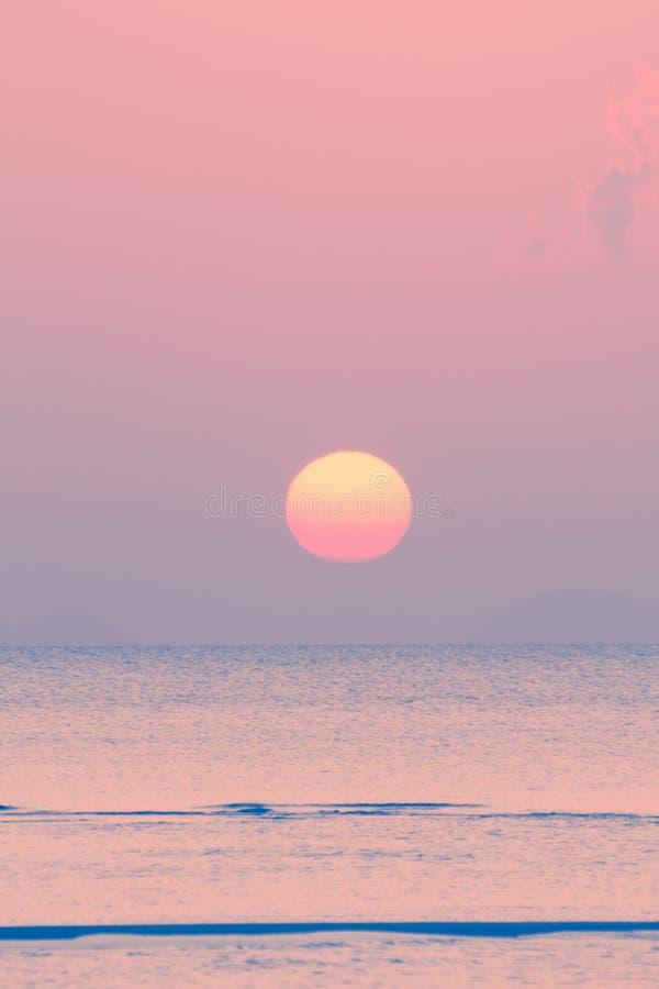 Винтажный тропический пляж и небо на сумраке стоковые изображения