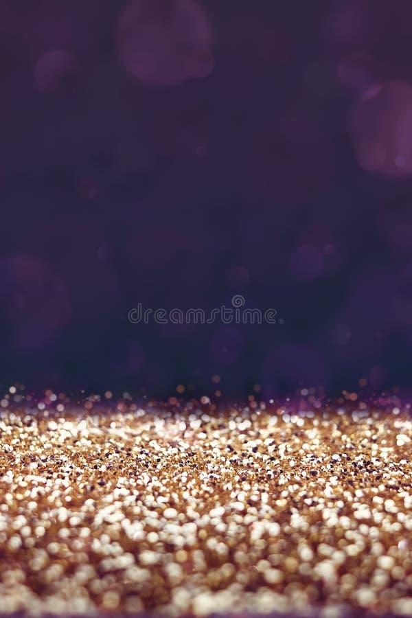 Винтажный фильтр, пол яркого блеска золота с фиолетовой предпосылкой bokeh, стоковое изображение rf