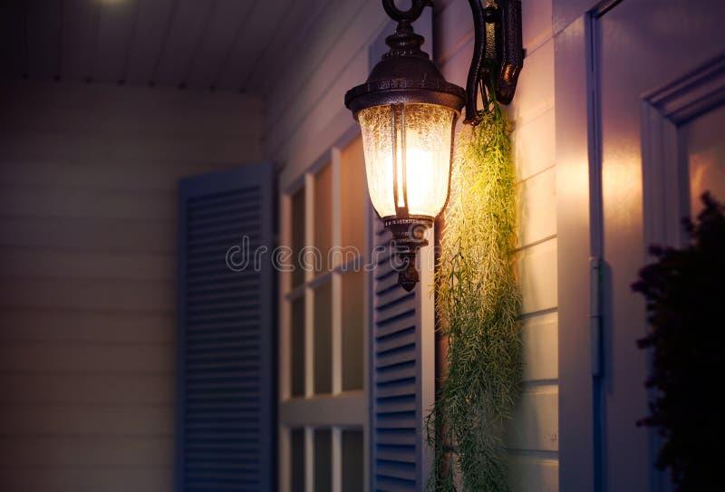 Винтажный фонарик утюга на стене на открытом воздухе Внешние элементы дизайна стоковое изображение