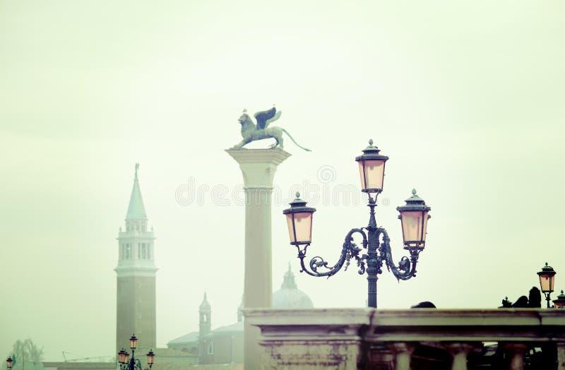 Винтажный фонарный столб стоковая фотография