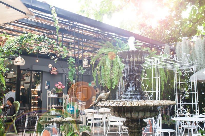 Винтажный фонтан стиля в задворк, кафе или ресторане сада стоковое изображение rf