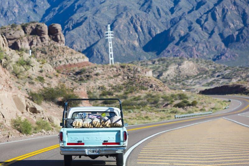 Винтажный Форд выбирает вверх управлять на трассе 7 между Чили и Аргентиной стоковая фотография