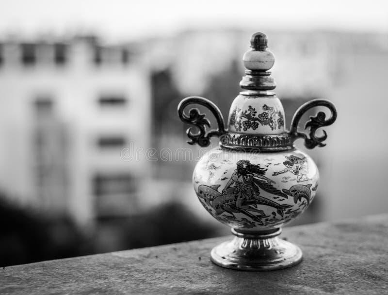Винтажный флакон духов в черно-белом стоковые фотографии rf