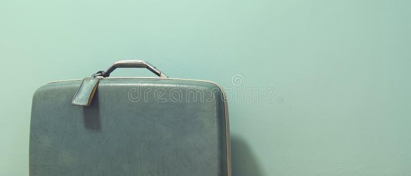 Винтажный чемодан для перемещения стоковое фото