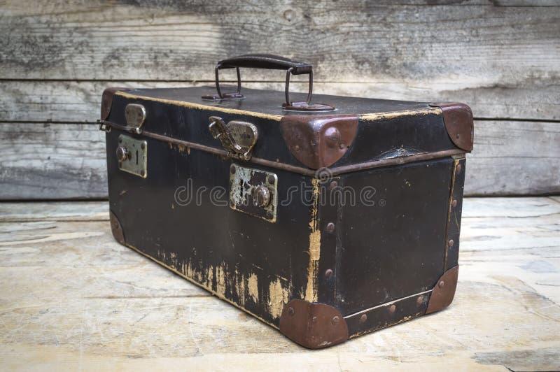 Винтажный чемодан на деревянном столе стоковая фотография rf