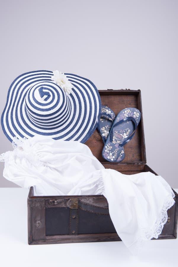 Винтажный чемодан упакованный на летние каникулы стоковое изображение rf