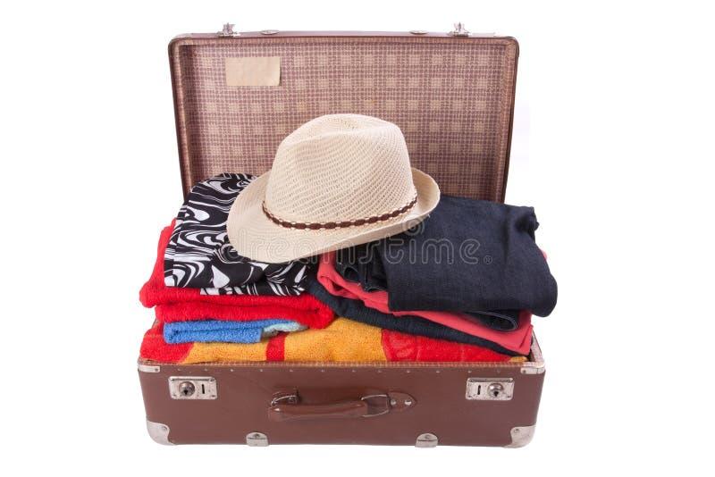 Винтажный чемодан overstuffed с шляпой лета стоковое фото rf