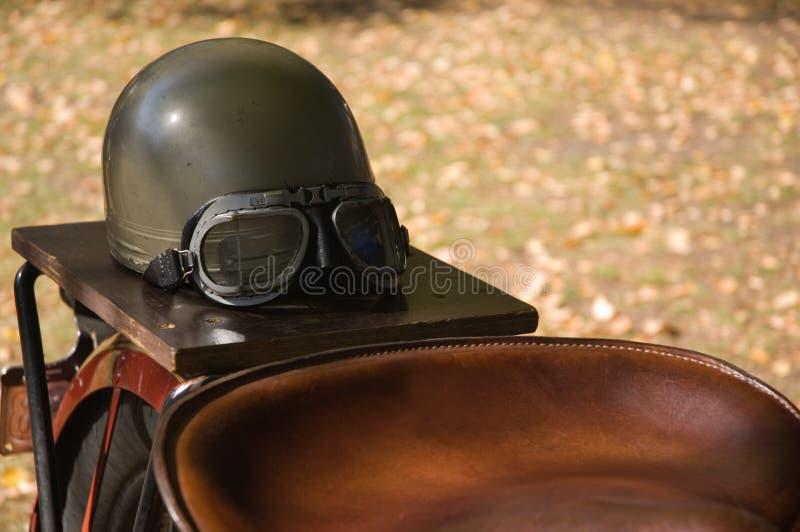 Винтажный шлем & изумлённые взгляды мотоцикла стоковое фото rf