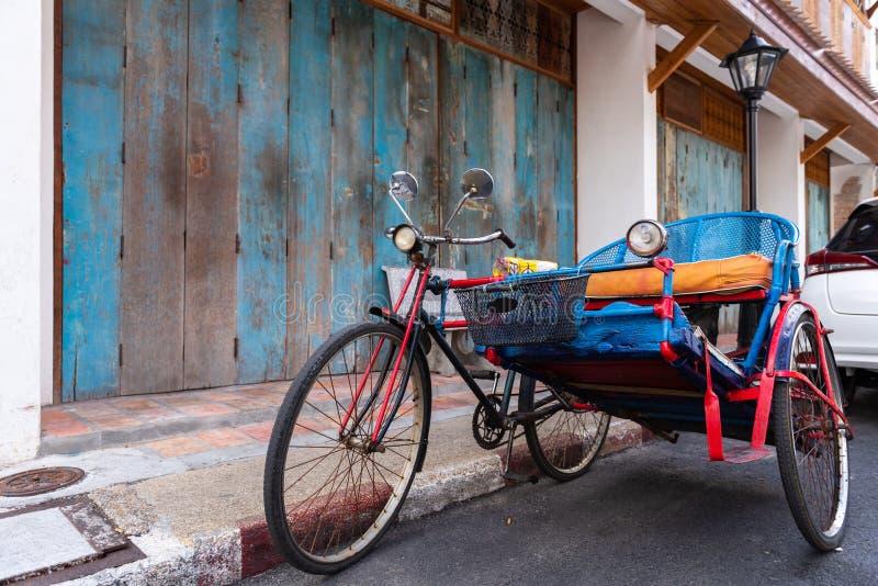 Винтажный экипаж трицикла используемый для того чтобы транспортировать людей вокруг города Songkhla стоковое фото