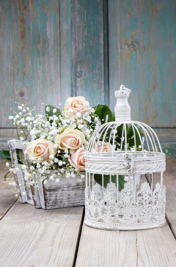 Винтажный birdcage, красивые розовые розы и paniculata гипсофилы стоковые фотографии rf
