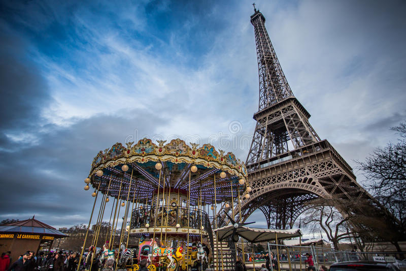 Винтажный carousel близко к Эйфелева башне, Париж стоковые фото