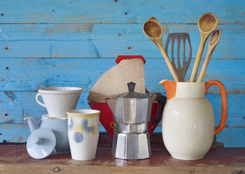 Винтажный kitchenware и блюда стоковые изображения rf