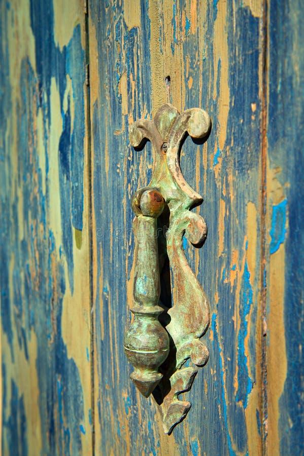 Винтажный Knocker двери на выдержанной двери стоковая фотография