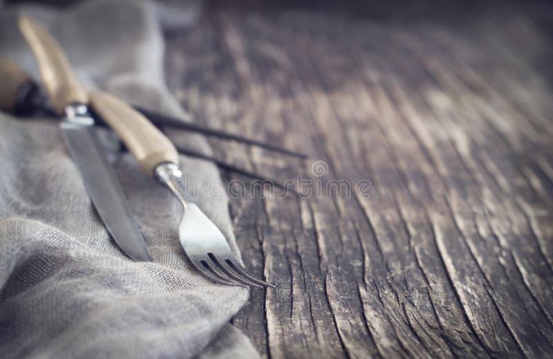 Винтажный silverware на деревенской предпосылке, малой глубине поля. стоковое фото rf