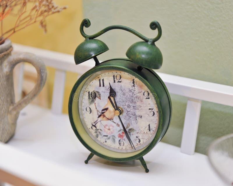 Винтажным часы покрашенные зеленым цветом будильник ретро старые времена стоковая фотография