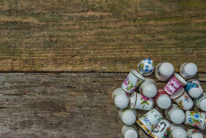 20 винтажных колец на старом деревянном поле стоковое фото