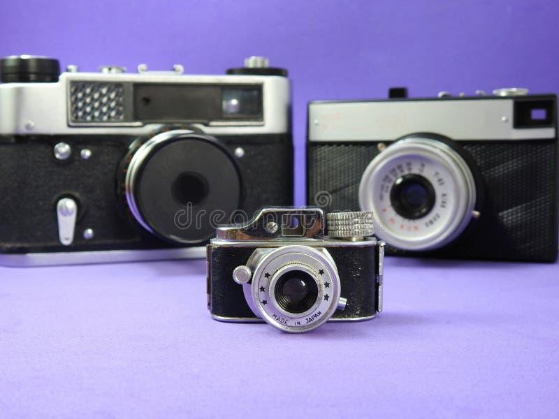 3 винтажных сетноых-аналогов фотокамеры Одно из их миниатюра стоковые фото