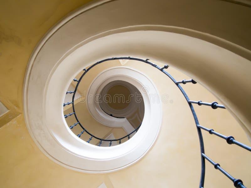 Винтовая лестница внутри церков стоковые изображения rf