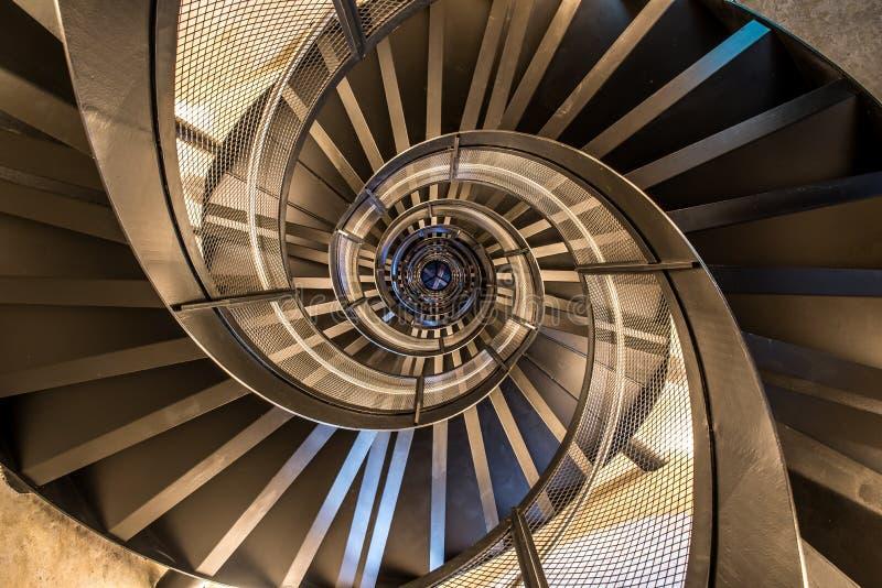 Винтовая лестница в башне - внутренней архитектуре здания стоковое изображение