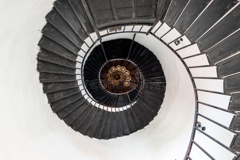 Винтовая лестница в винтажном стиле Лестница низкого угла с старым chan стоковое изображение