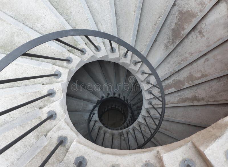 Винтовая лестница в итальянском монастыре, взгляд сверху Катания, Сицилия стоковые фотографии rf