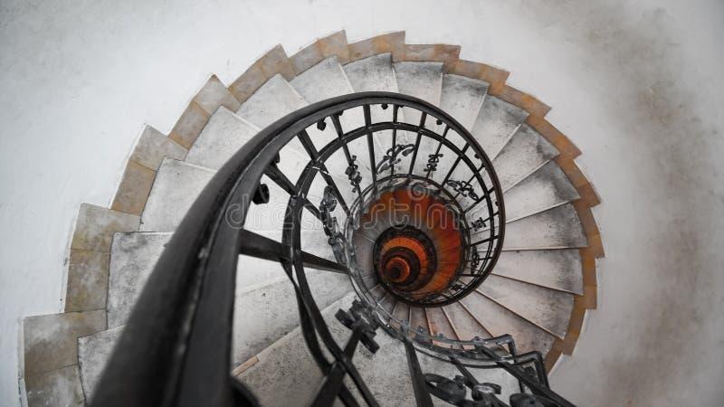 Винтовая лестница в старом доме Спираль Фибоначчи стоковая фотография