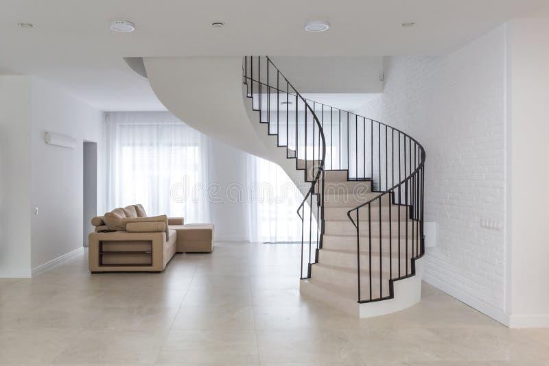 Винтовая лестница в ярком интерьере с белой кирпичной стеной в элите д стоковые фото