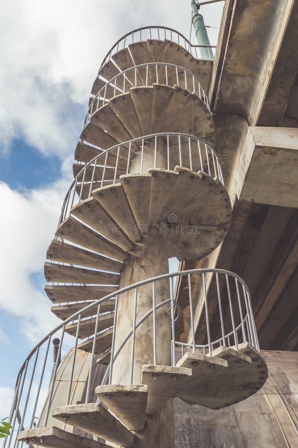 Винтовая лестница сделанная из бетона и утюга стоковая фотография rf