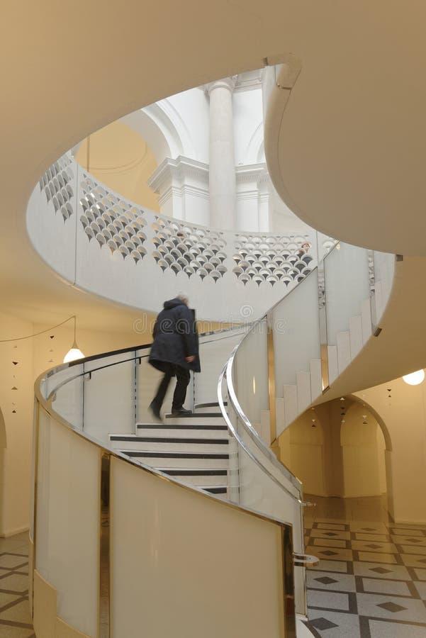 Винтовая лестница Tate Британии архитектурноакустические скороговорки идти вверх стоковая фотография rf