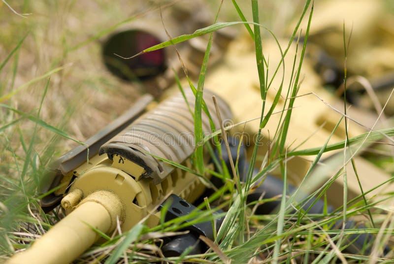 винтовка автоматической травы лежа стоковая фотография