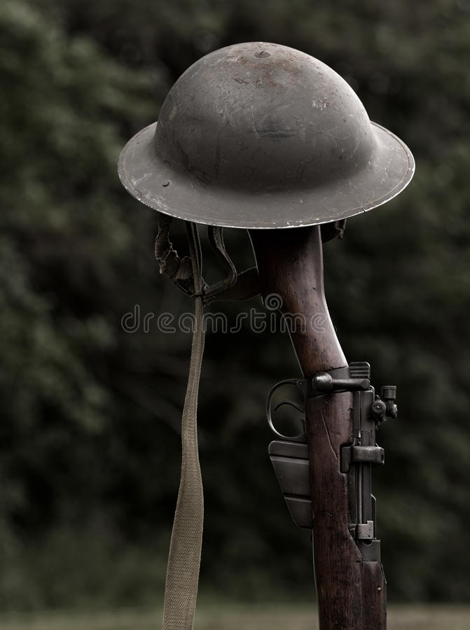 Винтовка и шлем стоковые фотографии rf