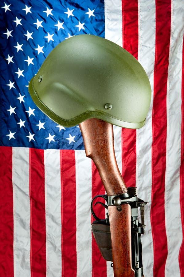 винтовка мемориала шлема стоковое изображение rf