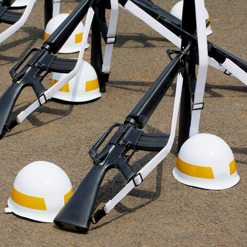 Винтовки и Striped желтым цветом шлемы стоковые изображения rf