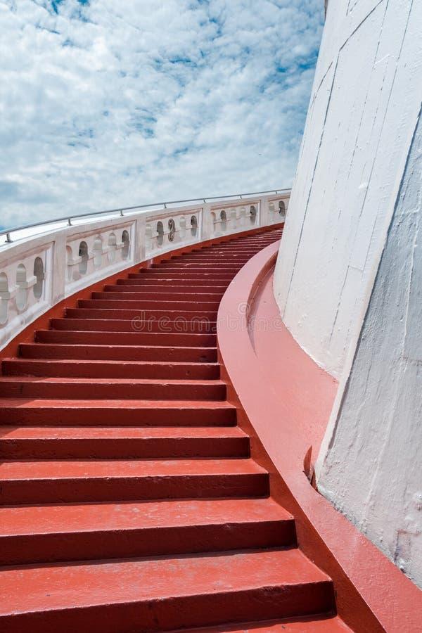 Винтовые лестницы золотого виска горы или Wat Saket стоковая фотография