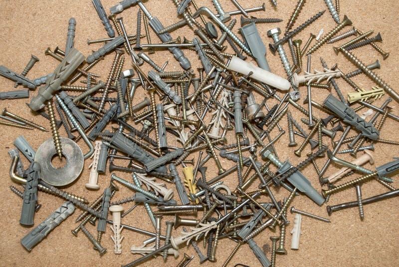 Винты на деревянном столе стоковая фотография rf