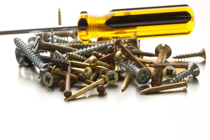 Винты, ногти и отвертка металла стоковое фото rf