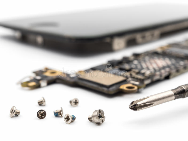 Винт и отвертка с запачканными компонентами smartphone стоковая фотография rf
