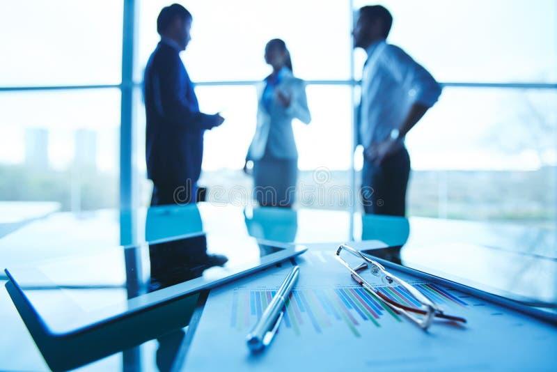 двиньте под углом людей соучастника офиса бизнесмена дела слушая софа низких сидя для того чтобы осмотреть стоковые изображения