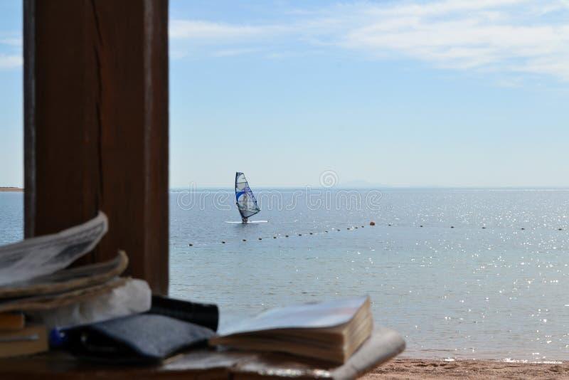 Виндсерфинг - книги - Египет - Dahab - море - небо стоковая фотография rf