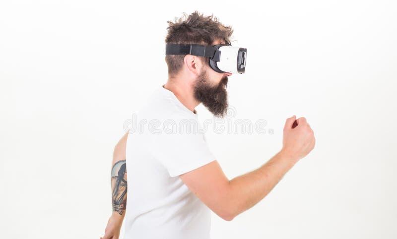 Виртуальная гонка Игра спорта игры хипстера виртуальная Стекел gamer VR человека предпосылка бородатых белая Игра виртуальной реа стоковые изображения