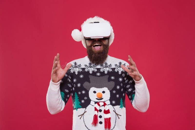 Виртуальная жизнь Человек празднует рождественские виртуальные реалити-устройства Проверка гаджетов Блогер Techno Игра в гипстера стоковая фотография rf