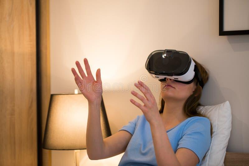 Виртуальные концепции шлемофона изумлённых взглядов стекел vr стоковые фотографии rf