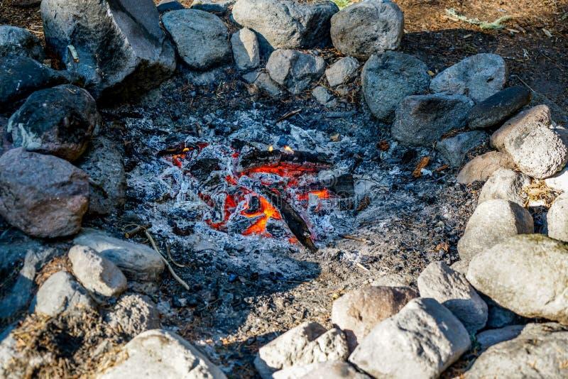 Висеть вне вокруг огня стоковое изображение