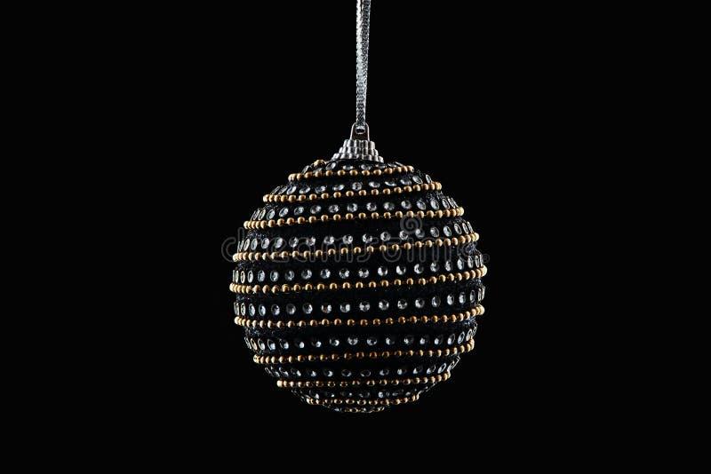 Висеть шарика рождества изолированный на черной предпосылке, счастливом новом y стоковое изображение