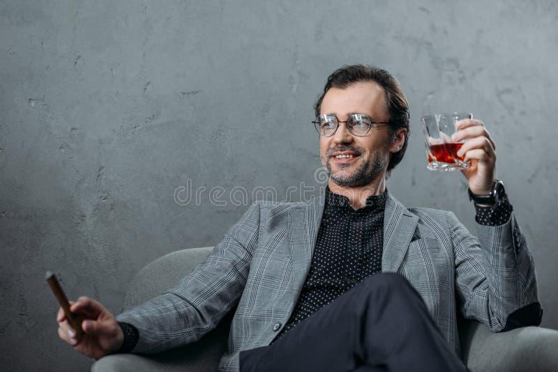 Виски бизнесмена выпивая стоковое фото