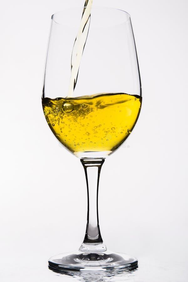 Виски в бокале изолированном на бело- желтом цвете стоковое изображение rf