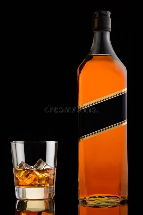 Виски в стекле и бутылке стоковая фотография rf