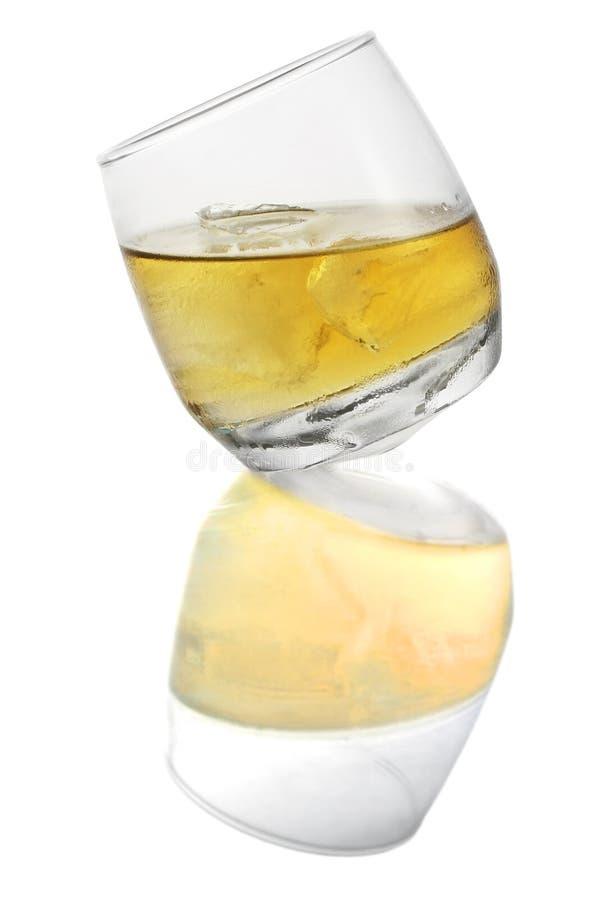виски изолированный стеклом стоковые изображения rf