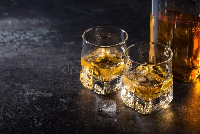 Виски с льдом в стеклах и бутылке стоковые фотографии rf